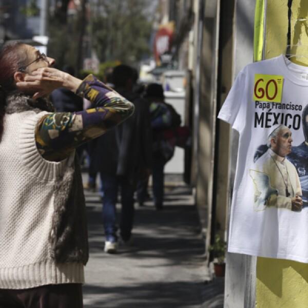 Las camisetas y demás artículos conmemorativos del papa podían verse en las calles mexiqueñas.