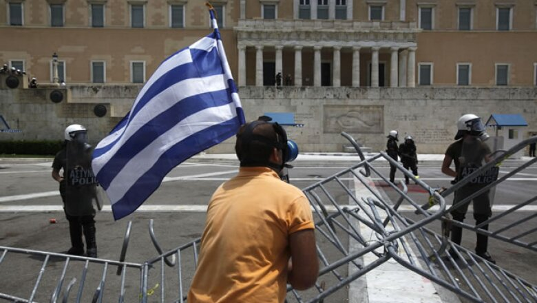 """""""Debemos evitar el colapso del país con cada esfuerzo posible"""", dijo Papandreu antes de la votación y en medio de un segundo día de huelgas que ha paralizado gran parte del país."""