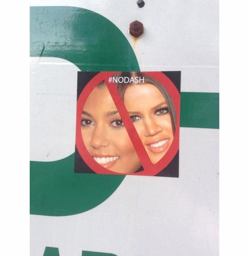 Estos son los stickers que los vecinos han pegado en los lugares comúnes de la zona residencial.