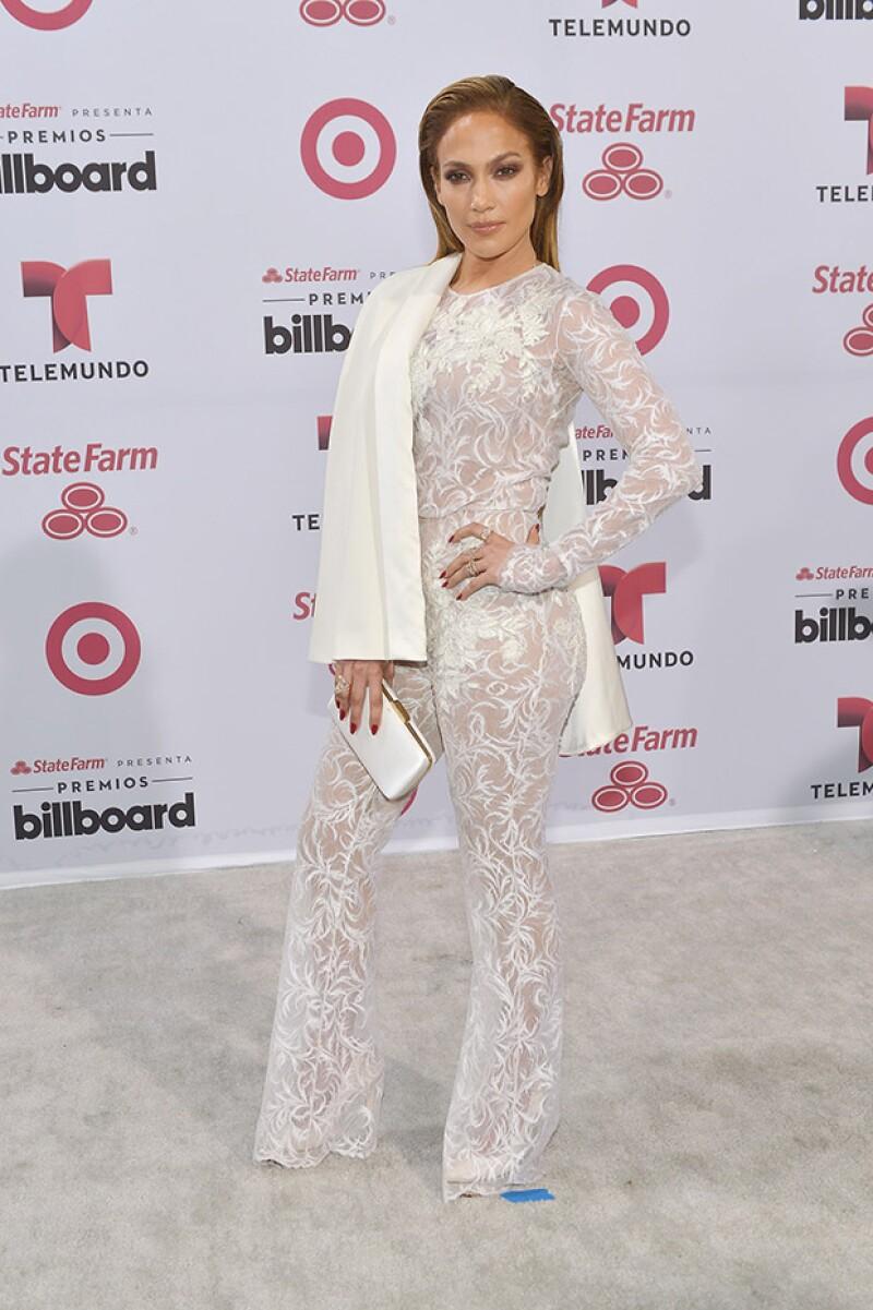 Así lució Jennifer Lopez a su paso por la alfombra gris de la entrega de premios.