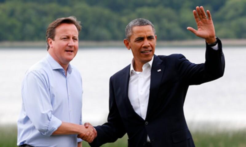 El presidente de EU, Barack Obama y el primer ministro británico, David Cameron se reunieron en el marco del G8 para discutir el TLC.   (Foto: Reuters)