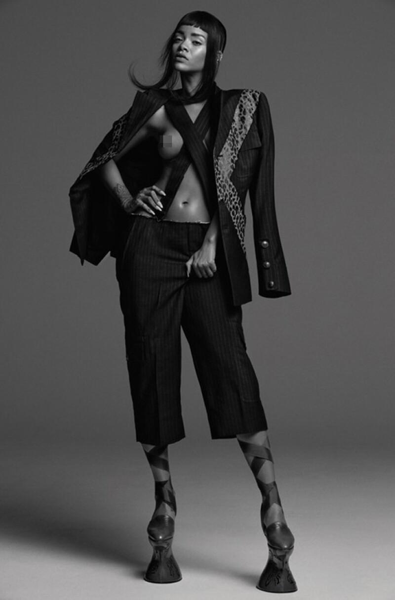 La cantante de Barbados no se queda atrás y protagoniza ahora una sensual sesión de fotos en la que muestra parte de su cuerpo.