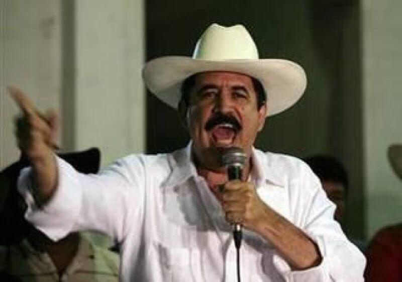 Manuel Zelaya, derrocado presidente de Honduras, se reunió con 150 simpatizantes en El Ocotal, Nicaragua. (Foto: AP)