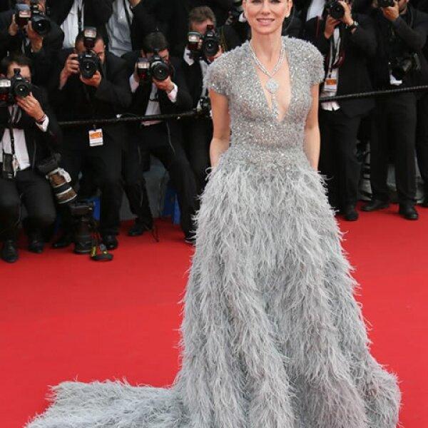 El plateado fue el tono ganador para Naomi Watts quien lució deslumbrante en el vestido Elie Saab Couture.
