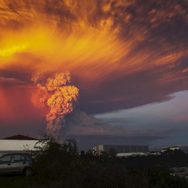 El volcán Calbuco moderó su actividad eruptiva cerca del mediodía del jueves, aunque podría registrar reacciones súbitas mientras una enorme columna de cenizas se expande por el sur del país y por territorio argentino.
