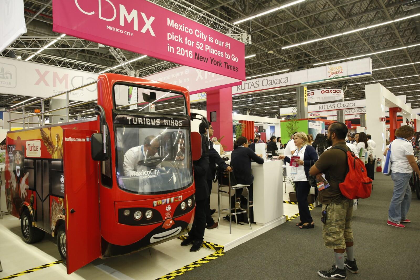 Otro de los servicios que estuvo presente en el Tianguis Turístico fue el de Turibús, que promovía sus distintas rutas en la CDMX.