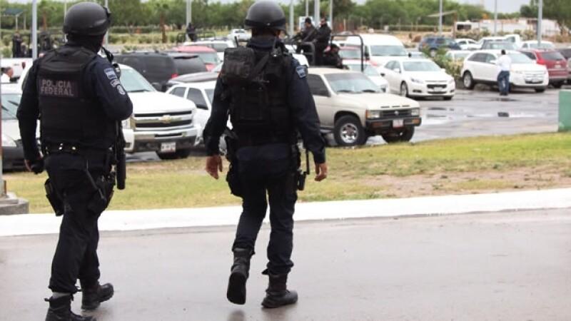 Policías federales vigilan un centro comercial de Reynosa, Tamaulipas