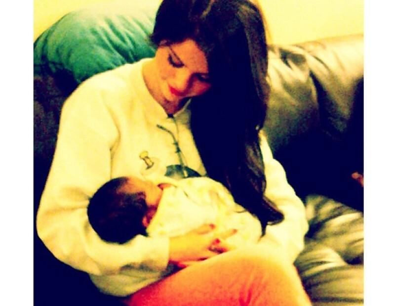 La ex estrella Disney subió a su cuenta de Twitter una imagen en la que se le ve muy tierna y maternal con un bebé en brazos.
