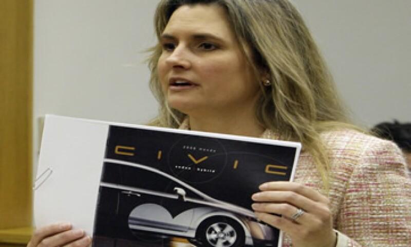 Heather Peters dijo que Honda le prometió que usaría una baja cantidad de combustible pero el Civic híbrido no cumplió con los estándares.   (Foto: AP)