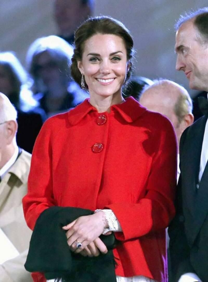 El look que la duquesa de Cambridge usó en las celebraciones a la reina Isabel II fue todo un éxito, pues desde el abrigo rojo de Zara hasta el &#39lace dress&#39 D&G se agotaron en menos de 24 horas.