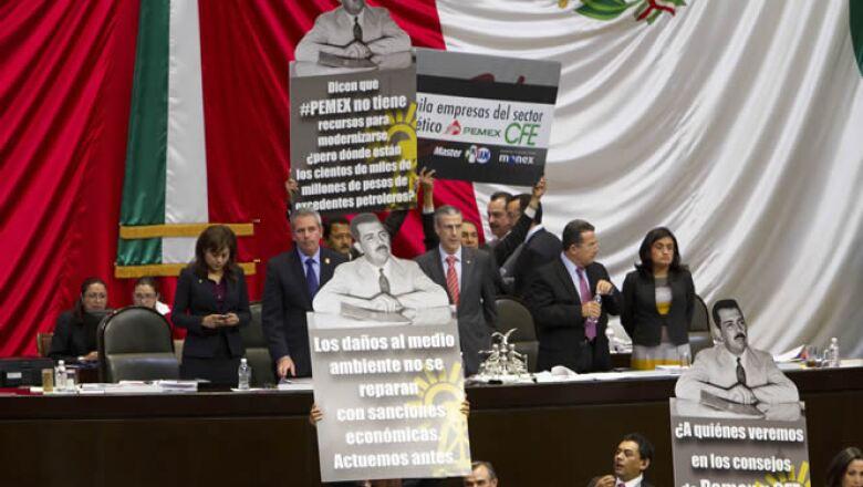 Los diputados de la izquierda tomaron por unos instantes la tribuna del recinto de San Lázaro durante la votación en lo general del dictamen de la Ley de Hidrocarburos.