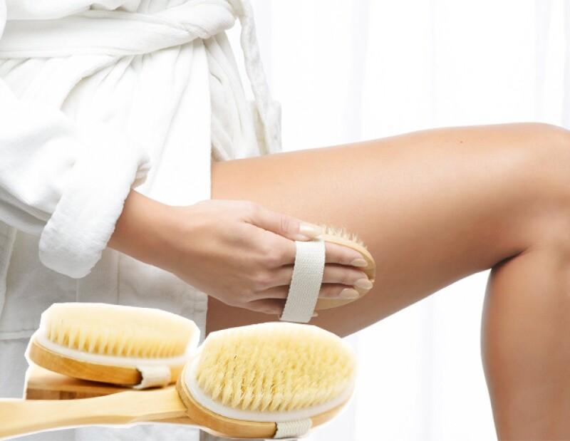 Cepillar el cuerpo en seco ayuda a mejorar la circulación de la sangre, exfoliar y evitar la celulitis.