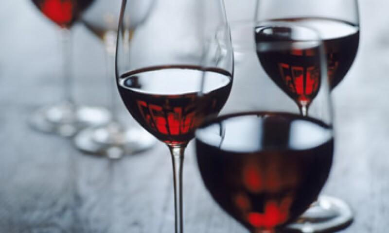 Refresqueros presentaron una contrapropuesta de gravar a todos los productos que contienen azúcar o fructosa, como los vinos. (Foto: Archivo)