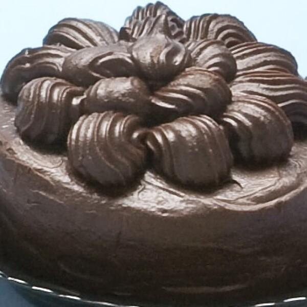 Nadie se puede resistir a un trozo de pastel, herencia de la repostería francesa. Tip: mientras más amargo sea el chocolate, menos azúcar y más antioxidantes.