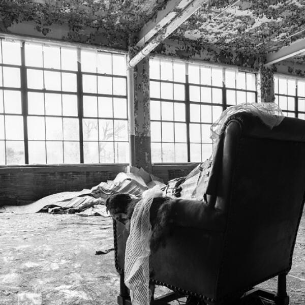 Esta foto incluye una silla de piel fuera de lugar