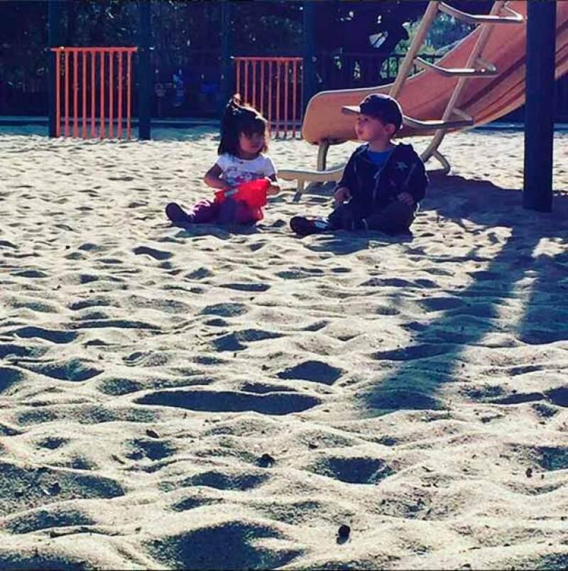 Aitana Derbez disfruta de hacer amigos en el parque.