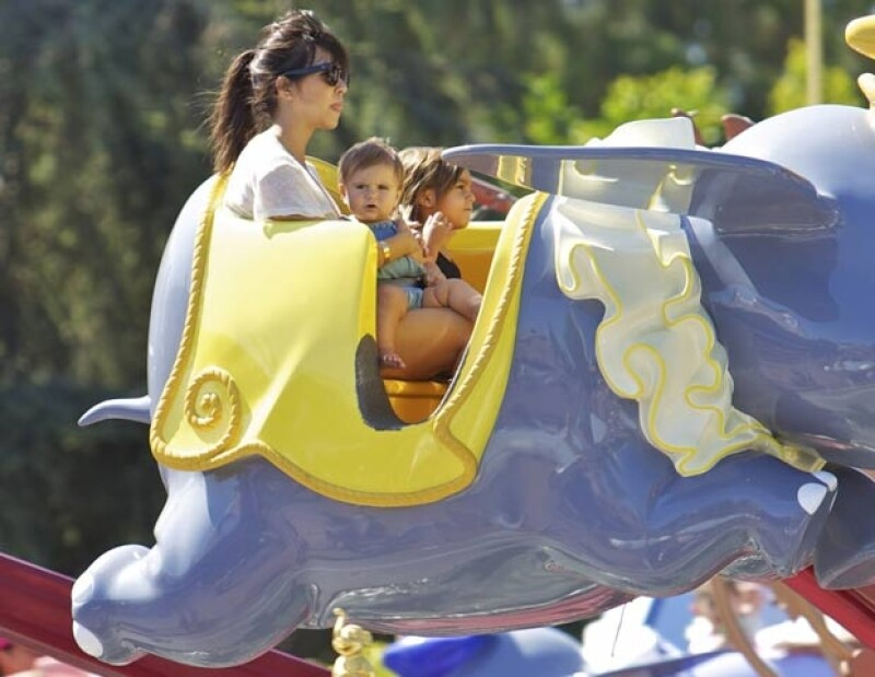 Kourtney, Penelope y Mason sobre`Dumbo´.