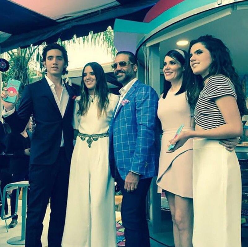 """El cantante, sus hijas y su ex esposa se reunieron en Guadalajara para asistir a la inauguración de """"La Donitería"""", con la que Alex Jr. se estrena como empresario."""