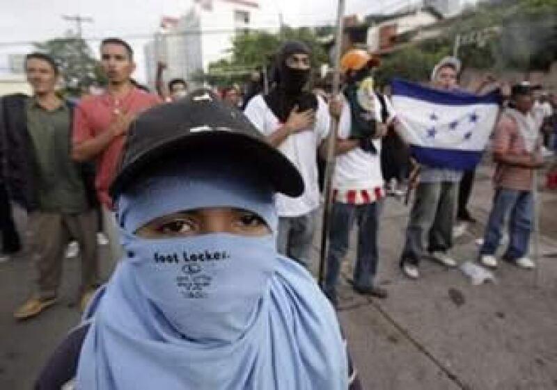 Manifestantes hondureños piden la restitución de Manuel Zelaya en el poder. (Foto: Reuters)