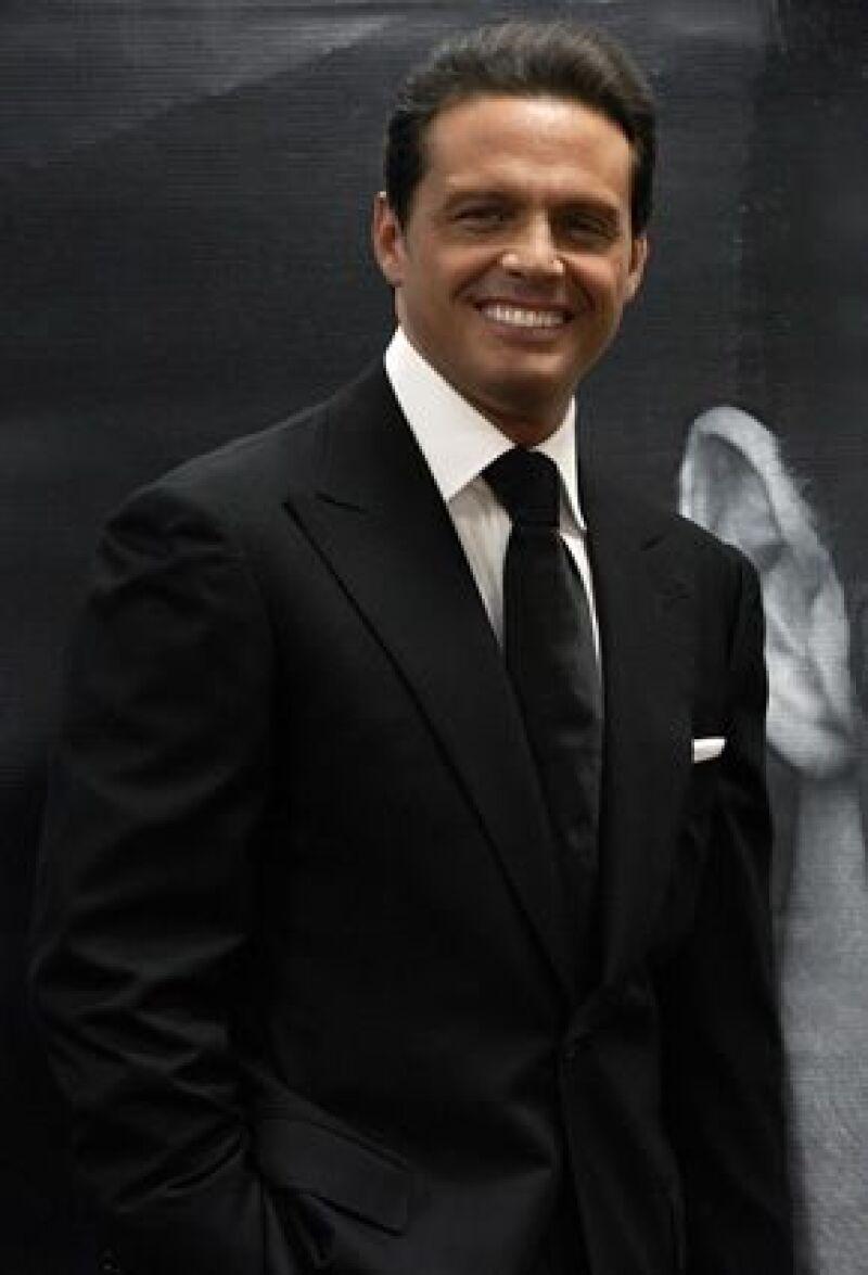 El cantante lució muy sonriente en el concierto que ofreció este jueves en Jalisco, donde logró lleno total en su primer fecha.