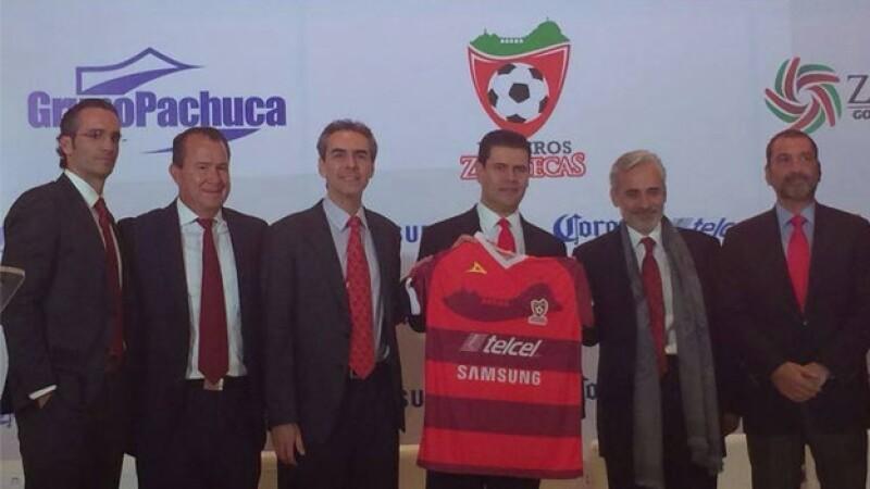 Miguel Alonso Reyes (tercero de derecha a izquierda), gobernador de Zacatecas, exhibe la playera con la que jugará el equipo Mineros