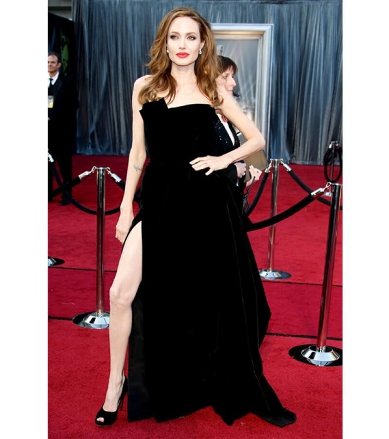 El vestido que lució en los Oscar es Atelier Versace.