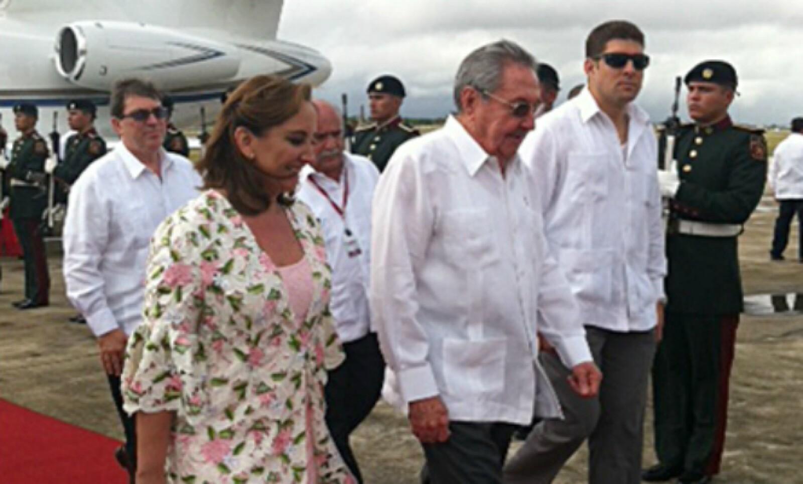 La canciller Claudia Ruiz Massieu recibió al mandatario cubano a su llegada al aeropuerto de Mérida.