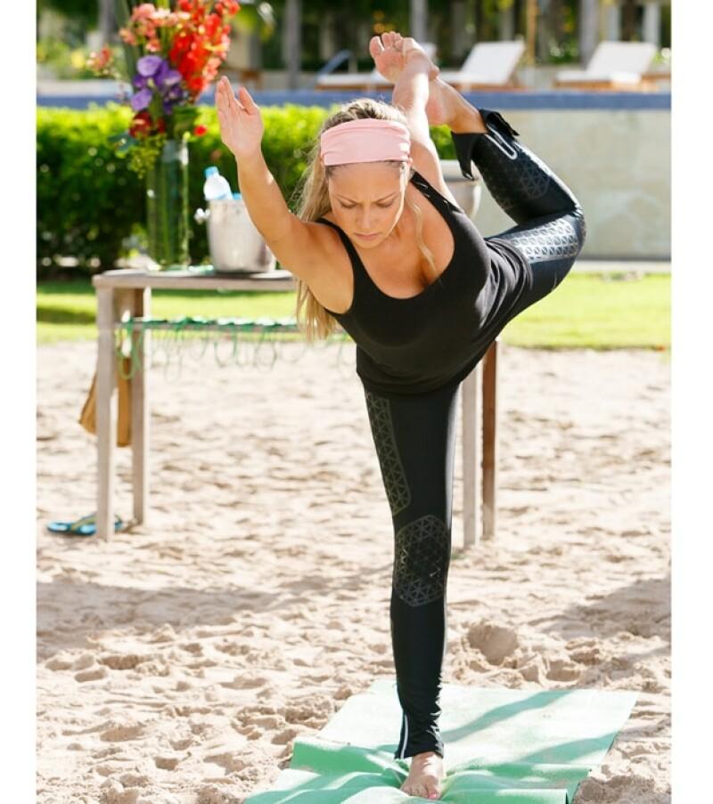 Vanessa tiene excelente condición física y no tuvo inconveniente en hacer las posiciones de yoga.