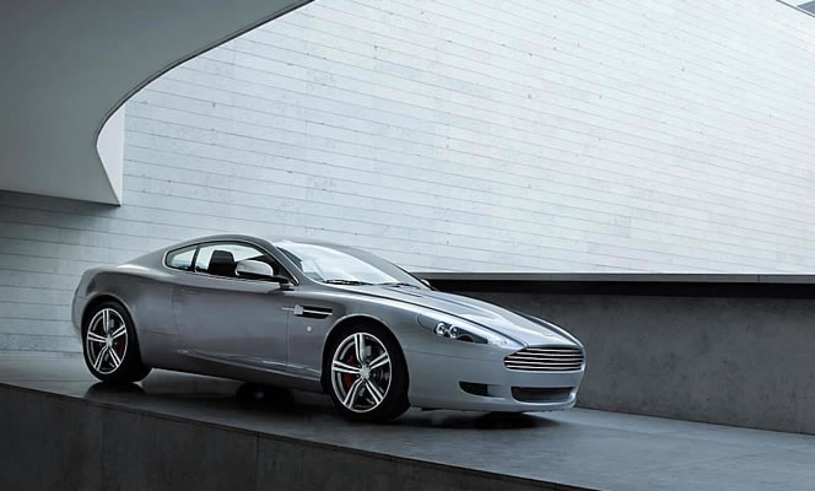 Esta pieza inglesa tiene un motor V12 con 9 cilindros, el cual le permite acelerar a de 0 a 100 km/h en 4.7 segundos. Se comercializará en Reino Unido con un precio base superior a 2 millones de pesos.