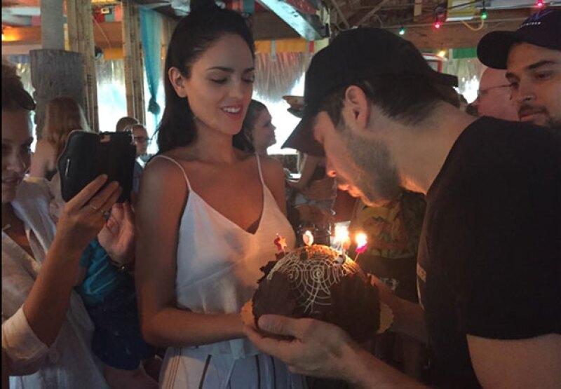 Con un pastel y un mensaje fue como la actriz deseó un feliz cumpleaños a DJ Cotrona, quien este fin de semana llegó a los 35 años.