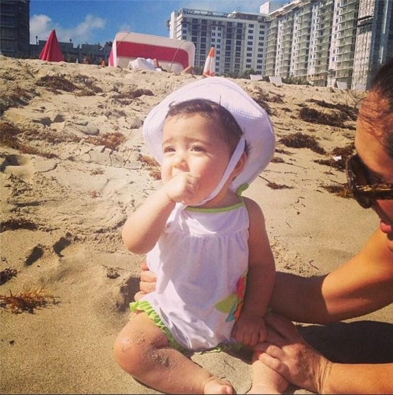 Jacky y su primera experiencia con la arena del mar.