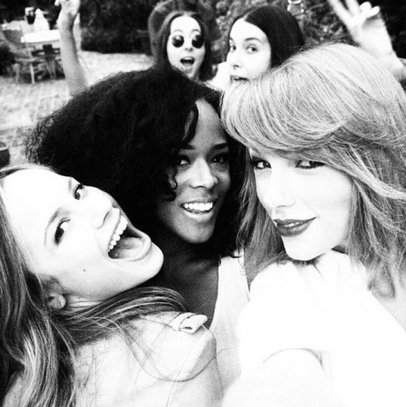 A juzgar por las imágenes, la famosa cantante se la pasó de lo mejor con sus amigas.