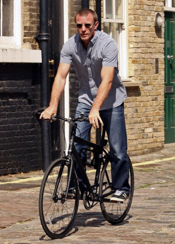 La ex pareja de Madonna, Guy Ritchie, fue captado dando un paseo en bicicleta por las calles de Londres.
