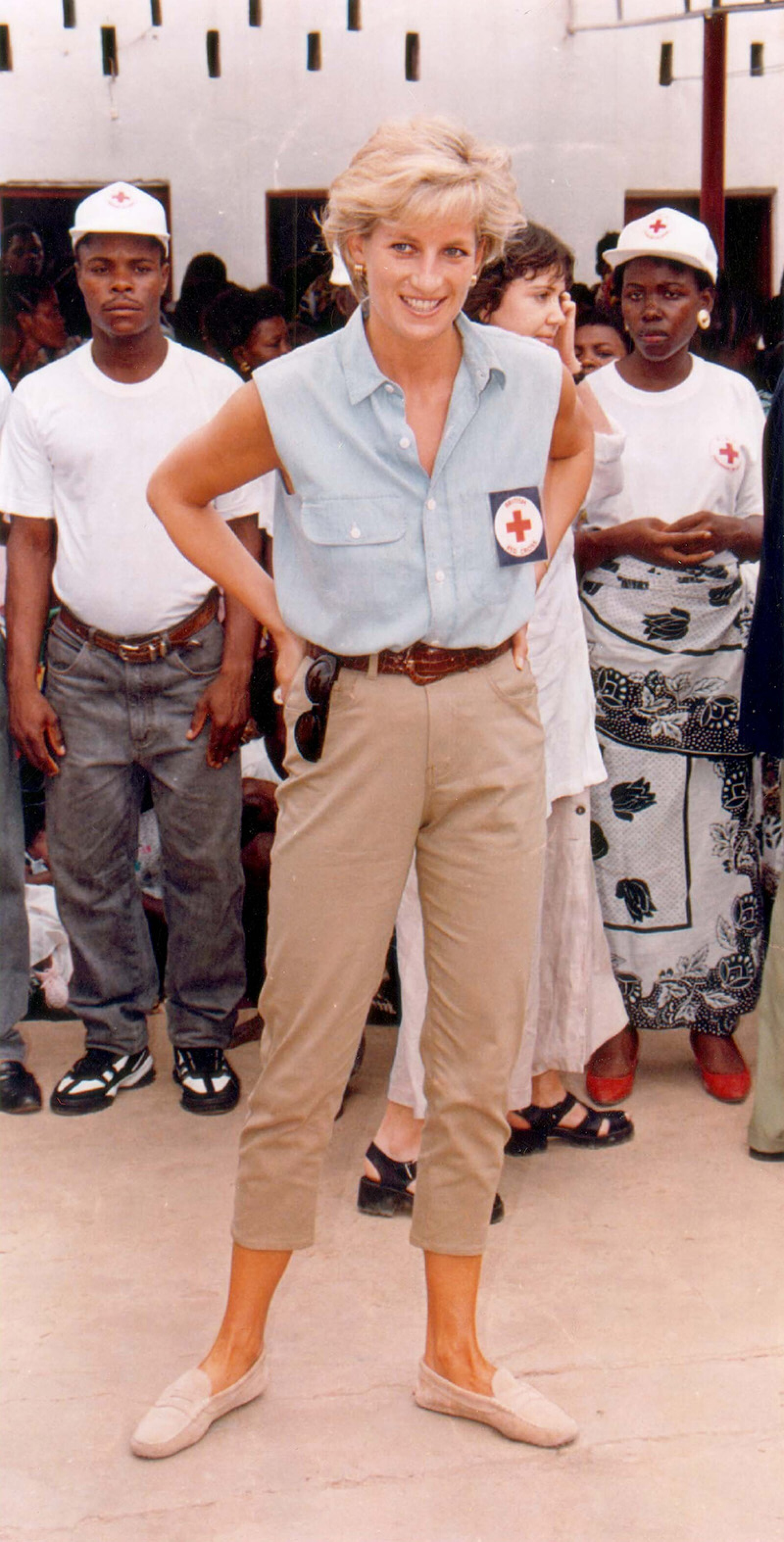 Princess Of Wales Visit To Angola 1997 - Princess Diana In One Of The Slums Outside Luanda In Angola.