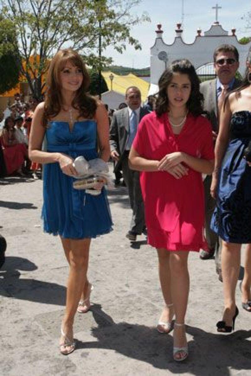 A la boda de Ana Cecilia Peña Nieto, la actriz asistió con un minivestido azul y cintura imperio.