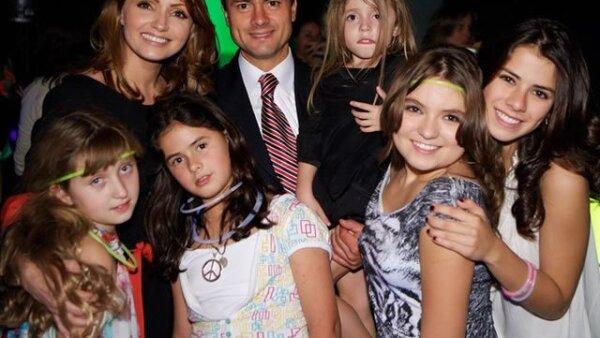 Aquí Enrique Peña Nieto con sus `mujeres´: Angélica Rivera, (abajo) Fernanda Castro, Nicole Peña, (en brazos de Enrique) Regina Castro, Sofía Castro y Paulina Peña.