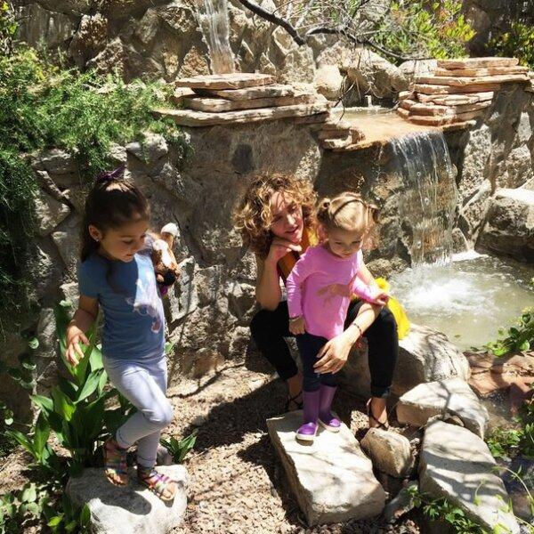 La empresaria con sus hijas, de paseo en un parque.