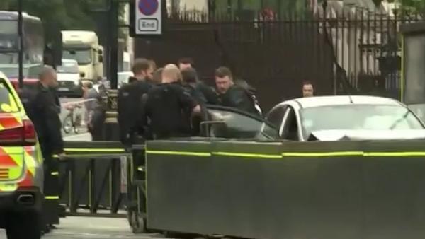 Una cámara capta el momento del choque del auto contra el Palacio de Westminster