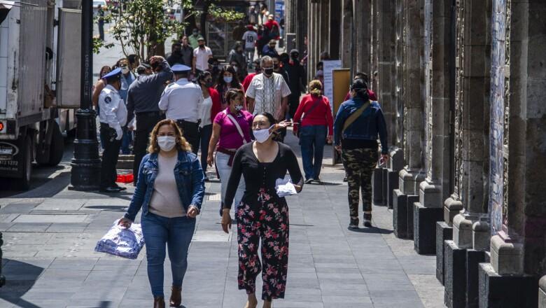Capitalinos y turistas comienzan a visitar las calles del Centro Histórico  pese que usan cubrebocas en algunas avenidas se generan aglomeraciones
