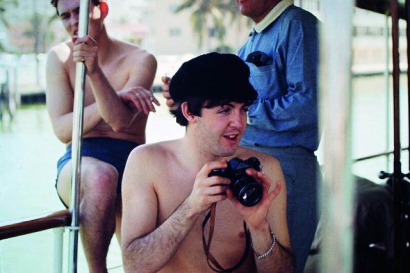 Paul McCartney con su cámara durante unas vacaciones.