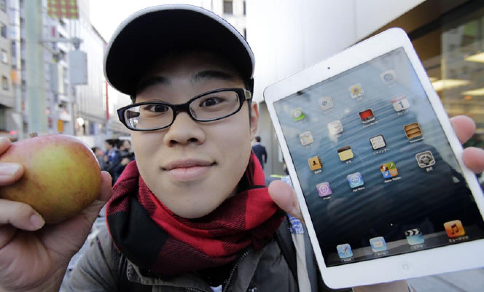 Koudai Taguchi, de 19 años de edad, posa con su nuevo 'gadget'.