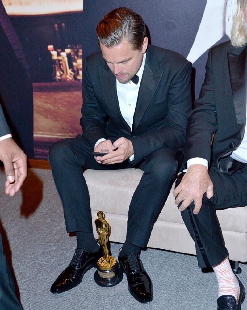 El actor sólo soltó su Oscar cuando se sentó en la after-party para mandar un mensaje en su celular.