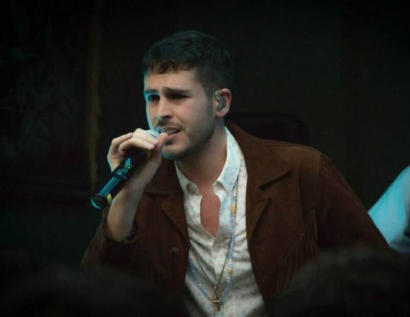 """El cantante estrenó este sábado el clip de """"Tú de rojo y yo amarillo"""", donde expresa en imágenes la importancia del amor universal."""