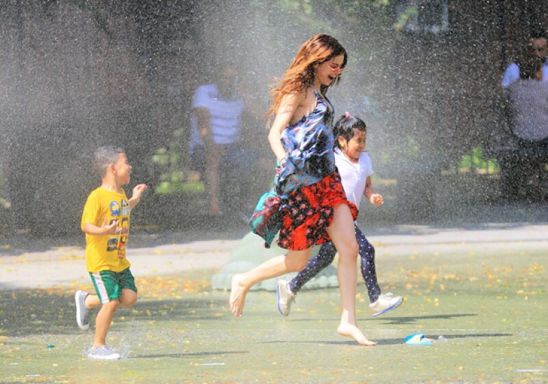 La cantante mostró su lado más alegre al lanzarse al agua en Nueva York, acompañada de unos niños, para disfrutar de un momento divertido.