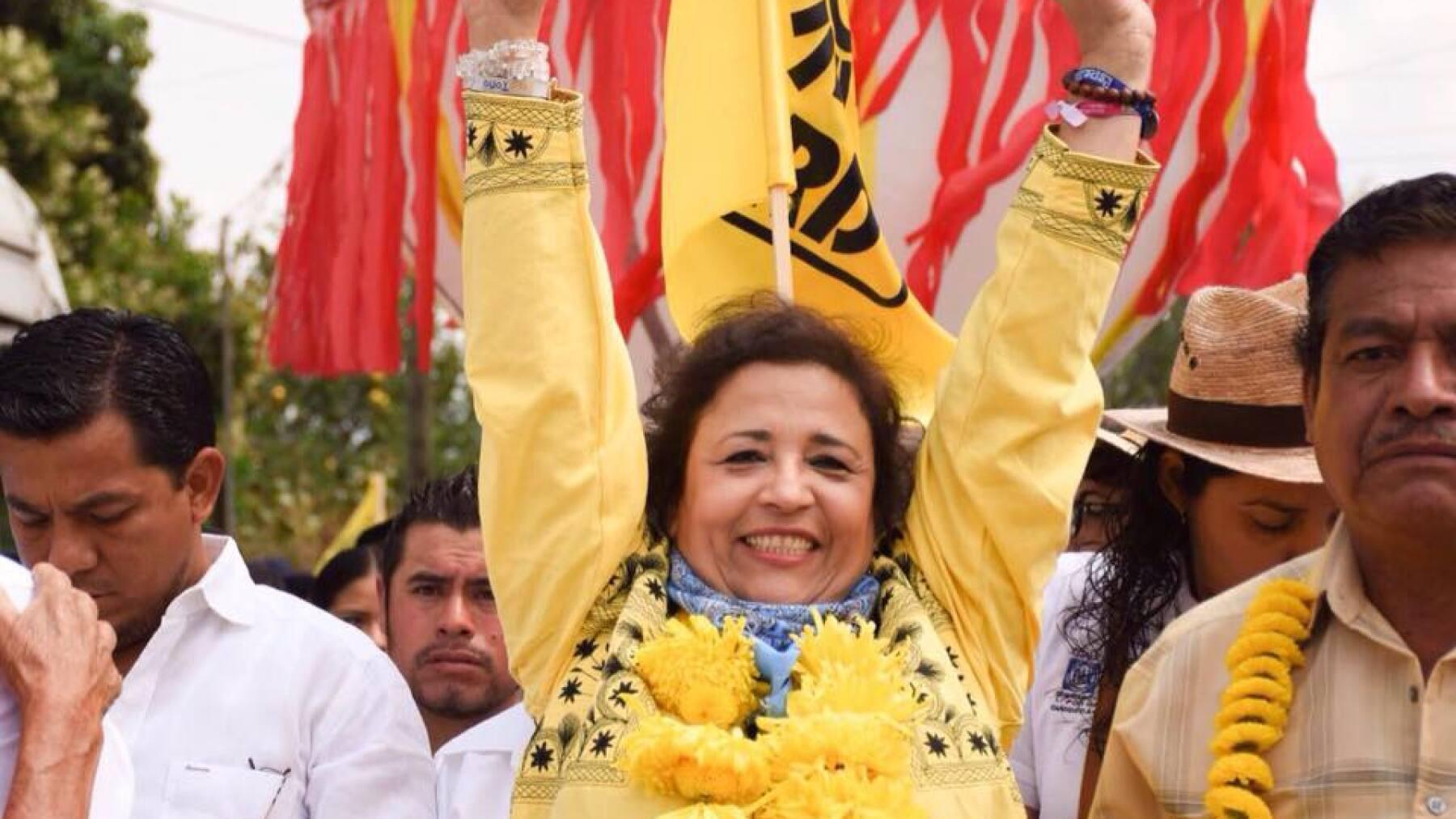 La esposa del abanderado del PAN-PRD en Oaxaca porta siempre un paliacate amarillo en sus eventos.