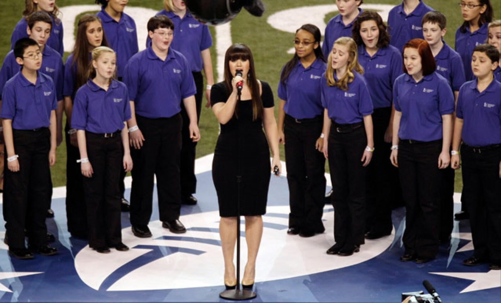Kelly Clarkson, de 29 años, interpretó el Himno Nacional de Estados Unidos, previo al arranque del Super Bowl XLVI.