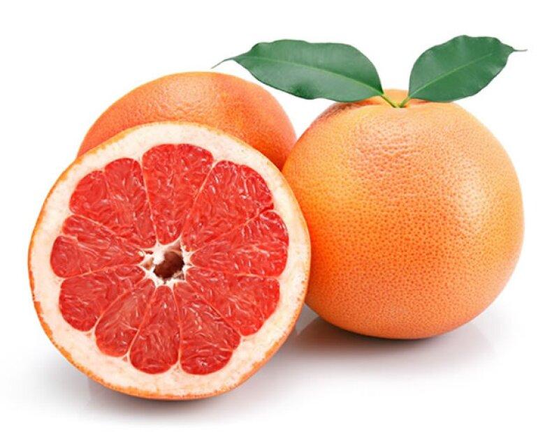 La toronja, como otros cítricos, forma parte de este grupo de alimentos.