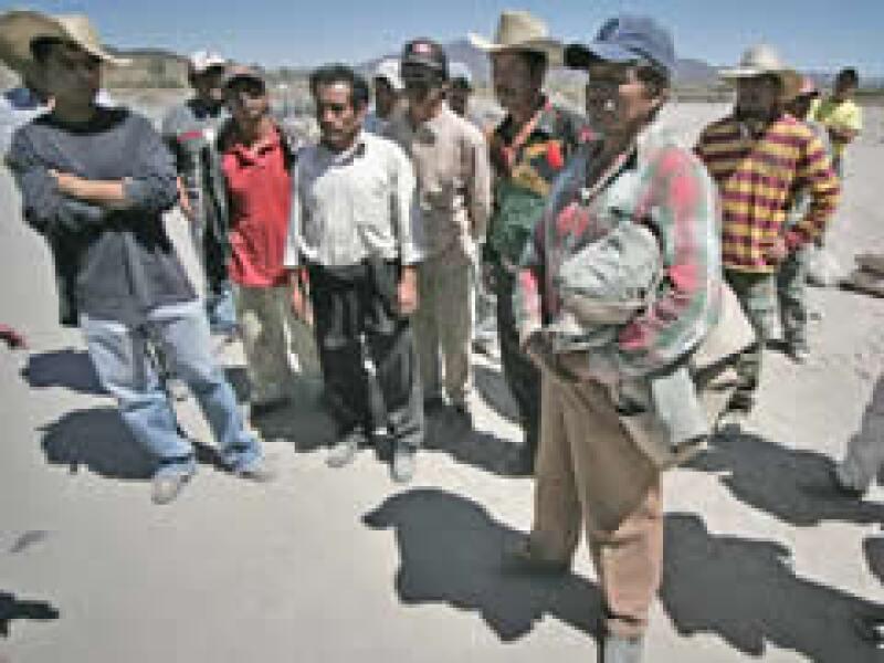 Albañiles han protestado ante la indiferencia de sus contratistas y la alerta epidemiológica.  (Foto: AP)