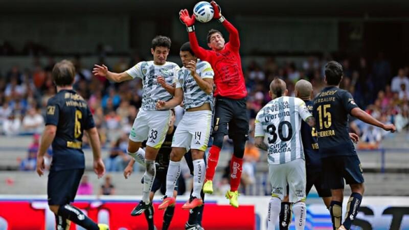 El portero de Pumas Alejandro Palacios tuvo una mala actuación en los últimos minutos ante Jaguares y le costó a la UNAM tres puntos