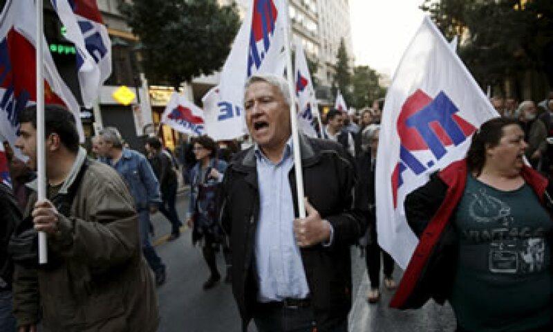 Manifestantes protestaron afuera del Parlamento heleno mientras se votaba la ley. (Foto: Reuters )